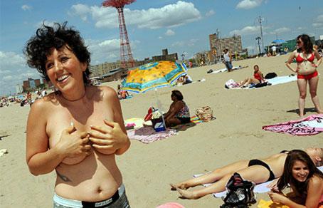 женщины демонстрируют прелести