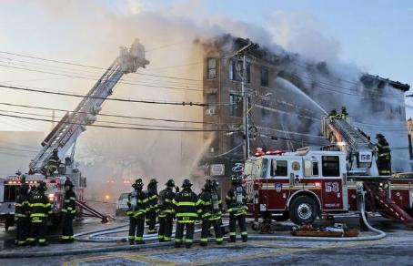 Новый пожар в Бронксе: более 20 пострадавших, включая пожарного