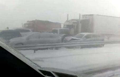На севере Нью-Йорка произошло масштабное ДТП с участием около 35 автомобилей:<span id=