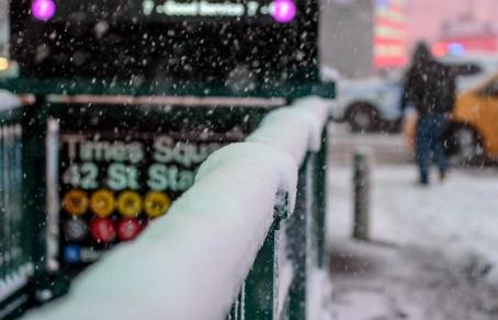 Губернатор Нью-Йорка ввел режим чрезвычайной ситуации из-за снегопада и холодов