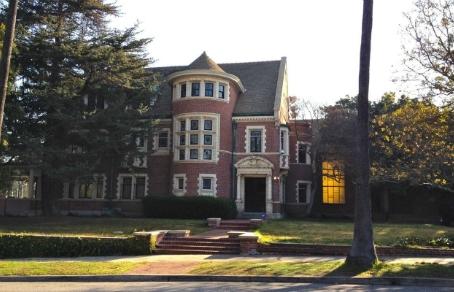 Покупатели дома из 'American Horror Story' судятся с риелторами из-за призраков