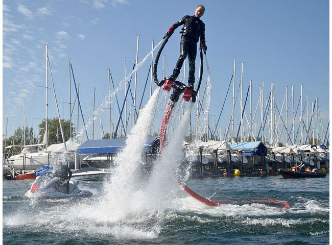 Флайборд- экстремальный вид спорта, суть которого - передвижение над водой на водометной тяге.