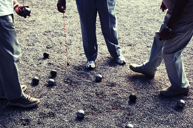 Петанк — старинная европейская игра, ставшая во Франции чуть ли не национальным видом спорта.
