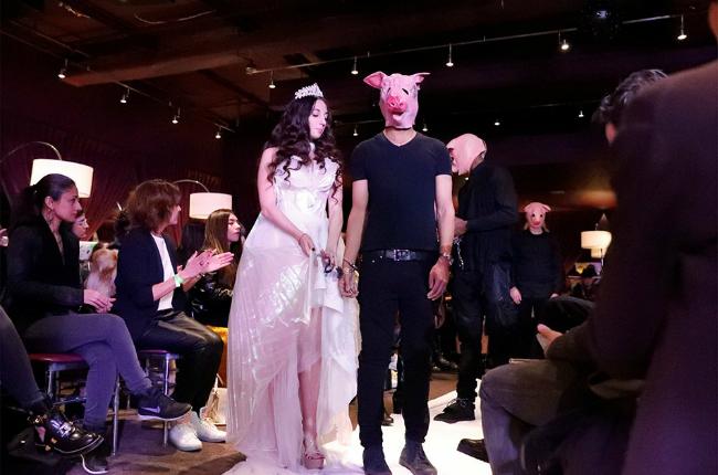 На модном шоу в Нью-Йорке мужчины-модели дефилировали по подиуму в образе свиней