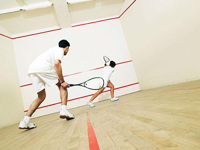 Сквош — спортивная игра с ракеткой и мячом.