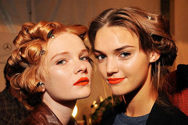 Оранжевые губы – один из самых радостных трендов этого лета.